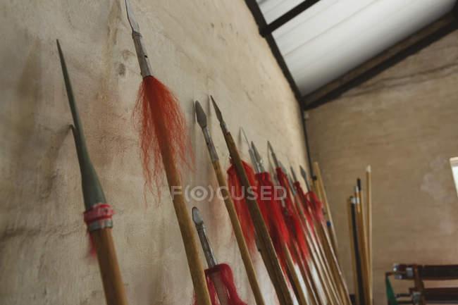 Lanças de kung fu apoiadas na parede no estúdio de artes marciais . — Fotografia de Stock