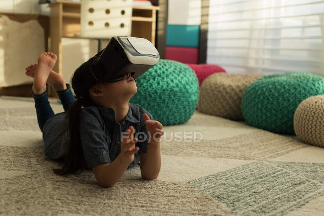 Girl using virtual reality headset in living room at home — Stock Photo