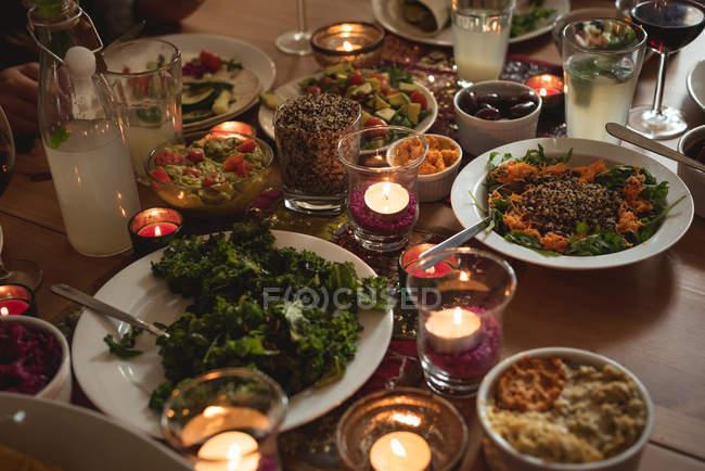 Крупным планом вид разнообразие блюд на столе — стоковое фото