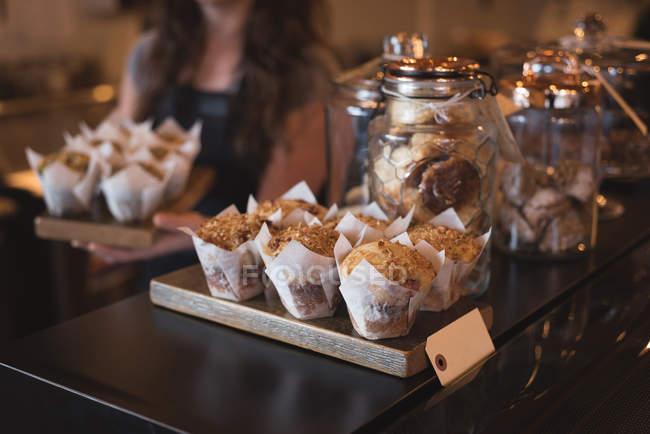 Close-up de bolos e biscoitos no balcão no café — Fotografia de Stock