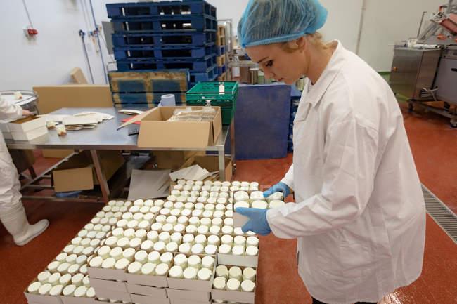 Жіночий працівник упаковки пляшок у фуд Фекторі — стокове фото