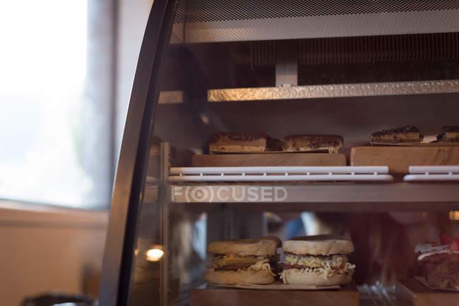 Vário alimento saboroso em exposição no café — Fotografia de Stock