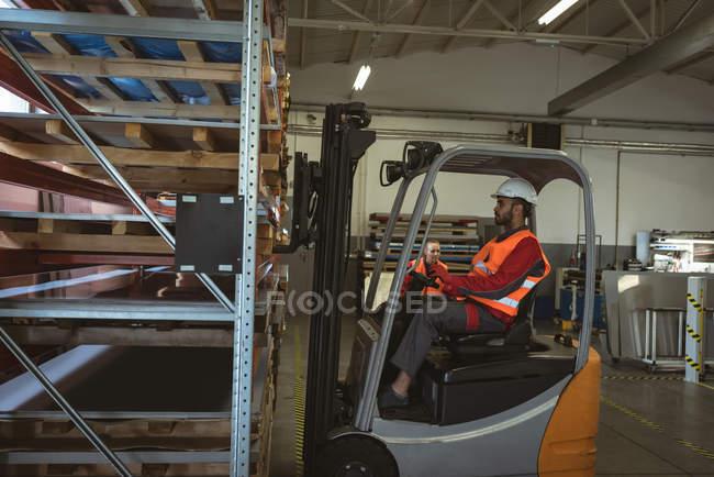 Scatole di carico del personale nel magazzino della fabbrica — Foto stock