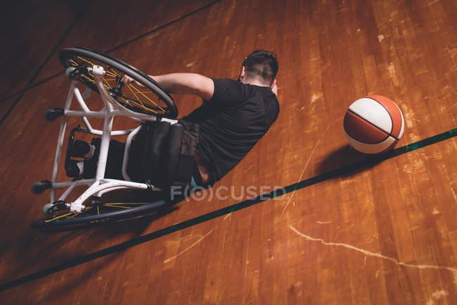 Инвалид, занимающийся баскетболом в одиночку на площадке — стоковое фото