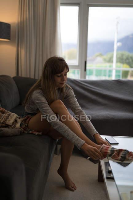 Молодая женщина в носках в гостиной дома . — стоковое фото