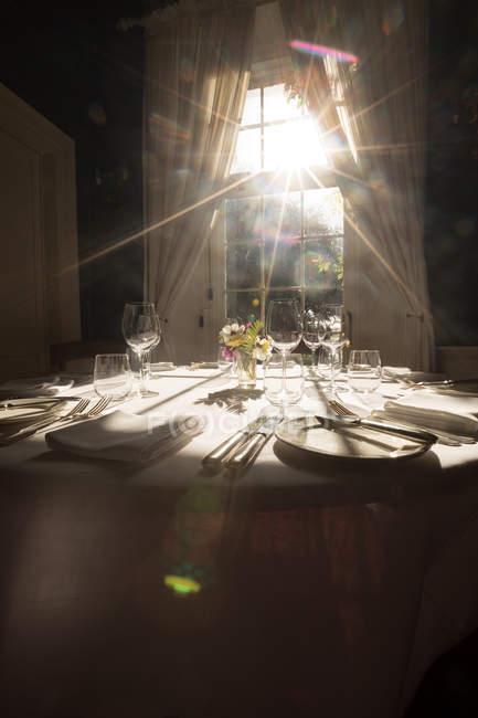 Cadre de table pour la célébration du mariage dans une pièce lumineuse — Photo de stock