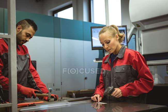 Arbeiterin scannt in Fabrik einen Strichcode — Stockfoto