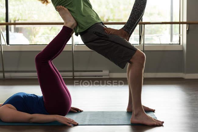 Группа пригодных людей, практикующих акройогу в фитнес-студии . — стоковое фото