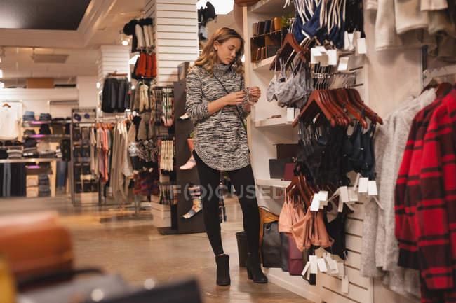 Hermosa chica de compras en el centro comercial - foto de stock