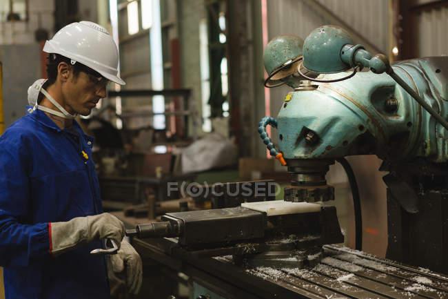 Arbeiter mit Fräsmaschine in Werkstatt — Stockfoto