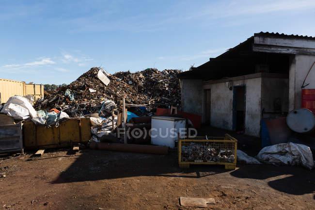 Pilha de lixo no ferro-velho em um dia ensolarado — Fotografia de Stock