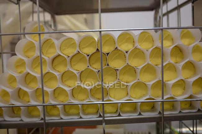 Aliments rouleaux disposés dans la grille à l'usine d'aliments — Photo de stock