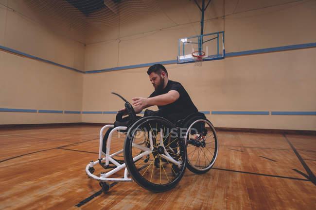 Інвалідів людина операційних інвалідному візку в суді — стокове фото