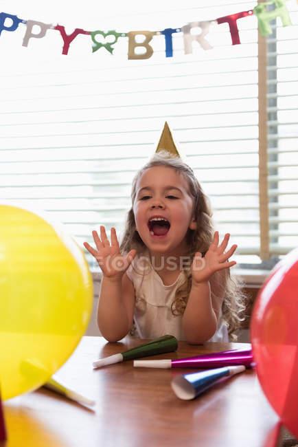 Glückliches Mädchen feiert ihren Geburtstag zu Hause — Stockfoto