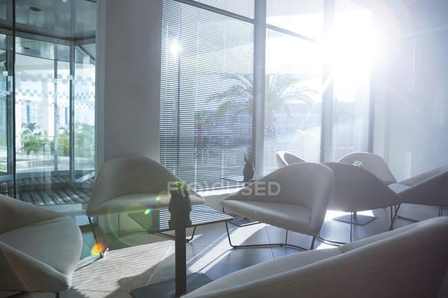 Table et chaises vides dans la salle d'attente du bureau par une journée ensoleillée — Photo de stock