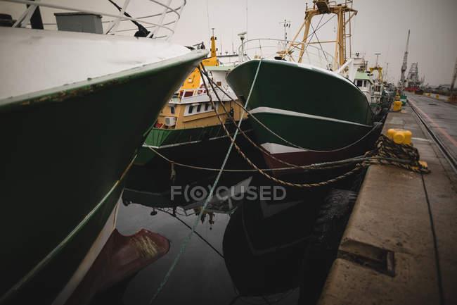 Судна, що курсують в порту в сутінках — стокове фото