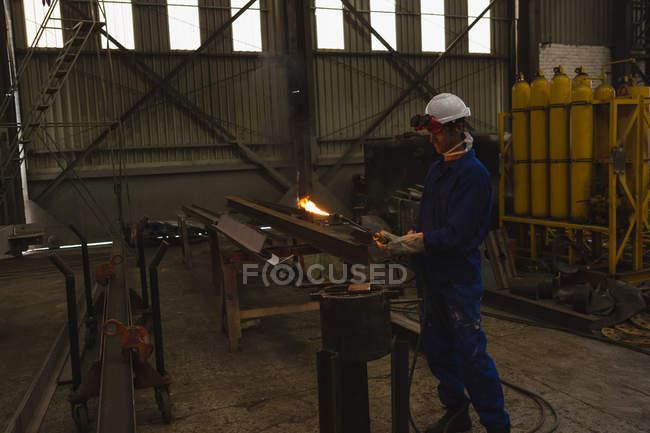Зварювальник ремонту металокаркасу в майстерні — стокове фото