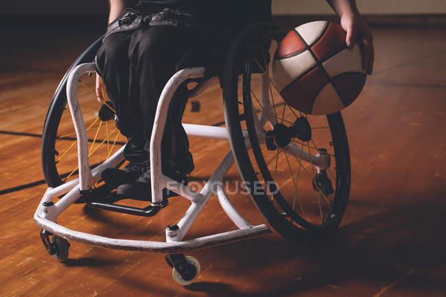 Низкий уровень инвалида, практикующего баскетбол на площадке — стоковое фото