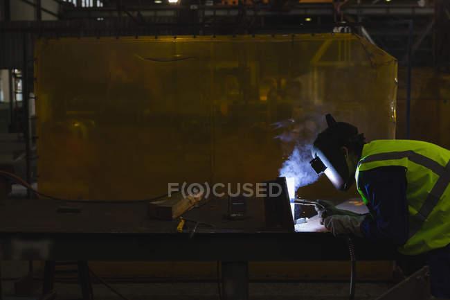 Зварювальник ремонту судна участь в семінарі — стокове фото