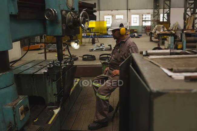 Lavoratore che utilizza fresatrice in officina — Foto stock
