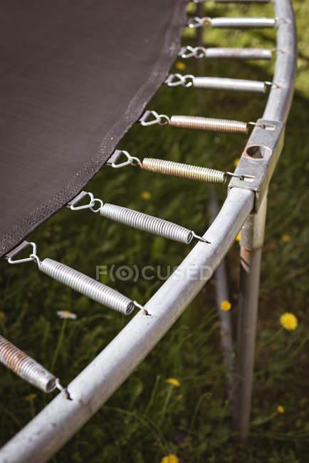 Close-up de detalhes trampolim no jardim . — Fotografia de Stock
