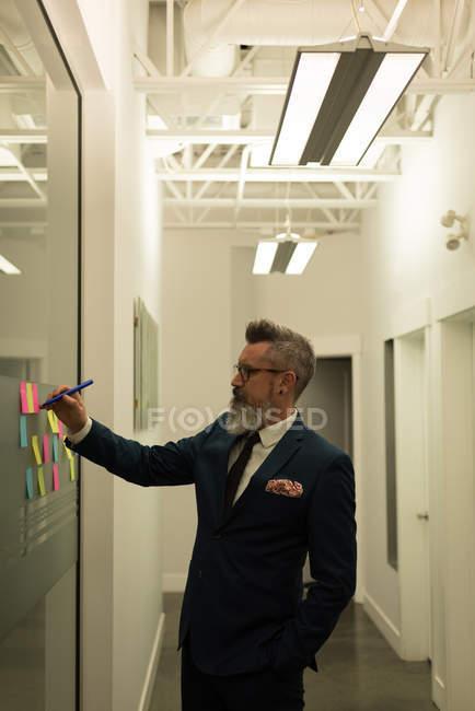 Lifschitz, écrivant sur les notes collantes de bureau — Photo de stock
