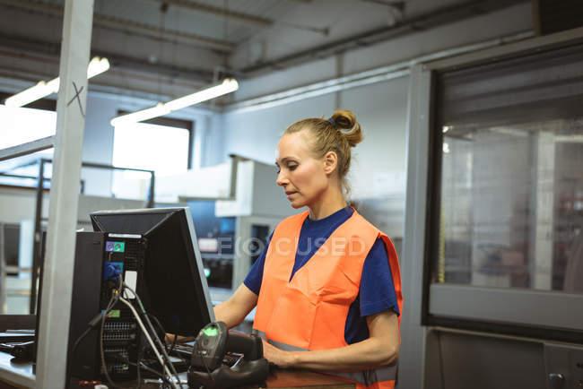 Кавказький жінки, що працюють на комп'ютері заводі — стокове фото