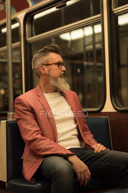 Homem pensativo viajando no trem — Fotografia de Stock