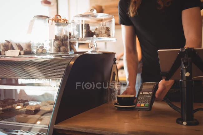 Розділ середині офіціант отримання платежу на лічильник кафетерію — стокове фото