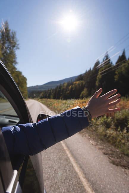 Жінка махає рукою з вікна автомобіля під час вашого перебування — стокове фото