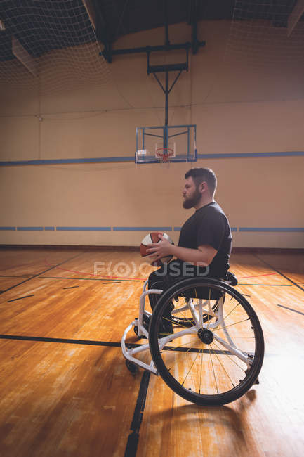 Side view of disabled man practicing basketball in the court — Stock Photo
