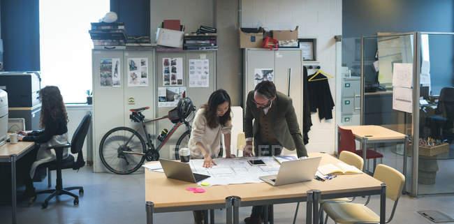 Руководители бизнеса обсуждают план работы в офисе — стоковое фото