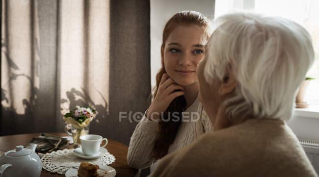 Großmutter und Enkelin Interaktion zu Hause — Stockfoto