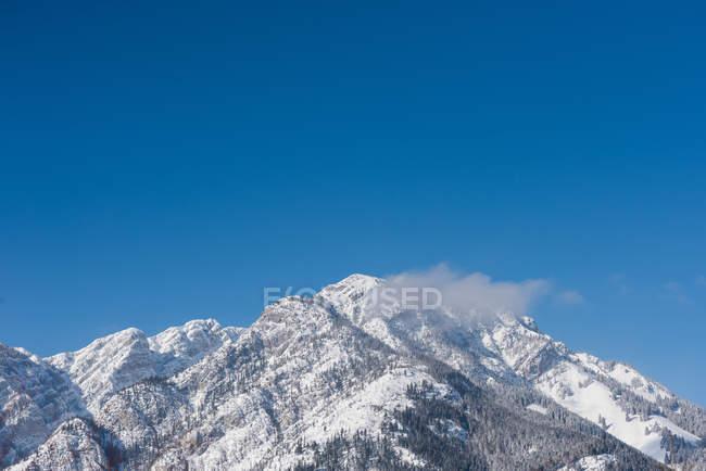 Красиві засніжені гори та Синє небо. — стокове фото