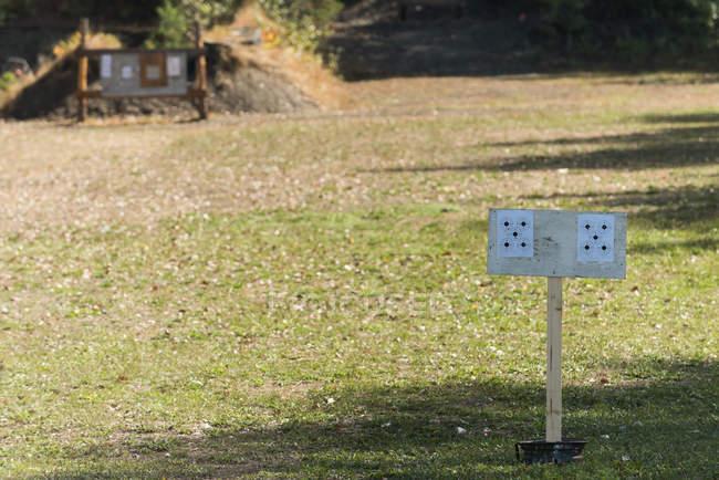 Metas para um campo de tiro em um dia ensolarado — Fotografia de Stock