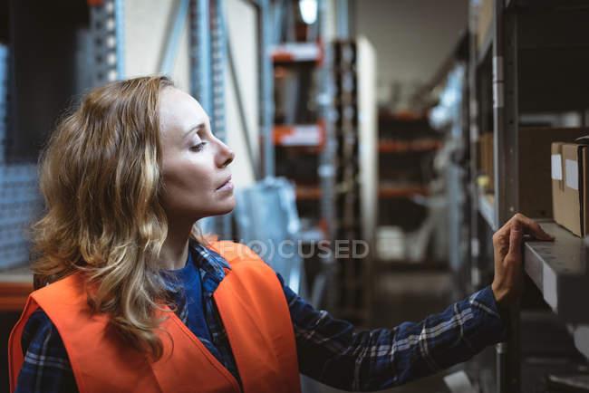 Caselle di controllo operaie nel magazzino di fabbrica — Foto stock