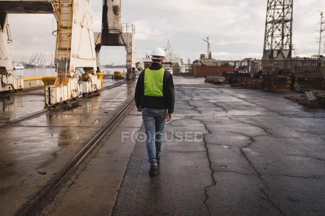 Задній вид на лаві підсудних працівник ходити в верфі — стокове фото