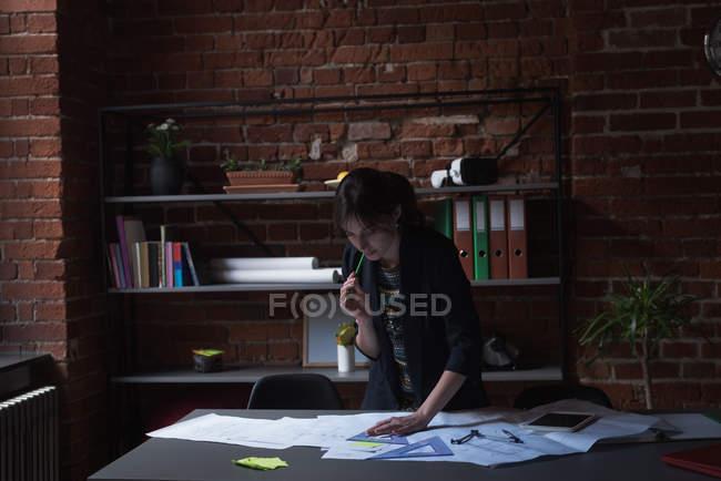 Esecutivo femminile giovane che lavora nell'ufficio — Foto stock