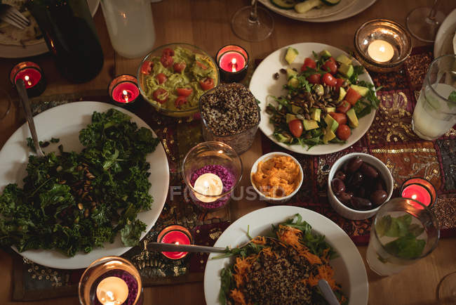 Крупный план различных блюд, подаваемых на столе — стоковое фото