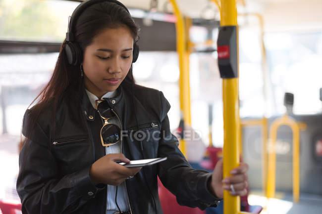 Adolescente usando telefone celular no ônibus — Fotografia de Stock