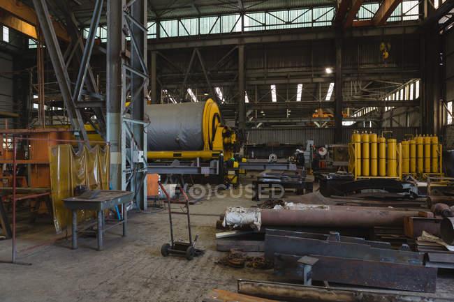 Металічні каркаси і частини судна для ремонт в майстерні — стокове фото