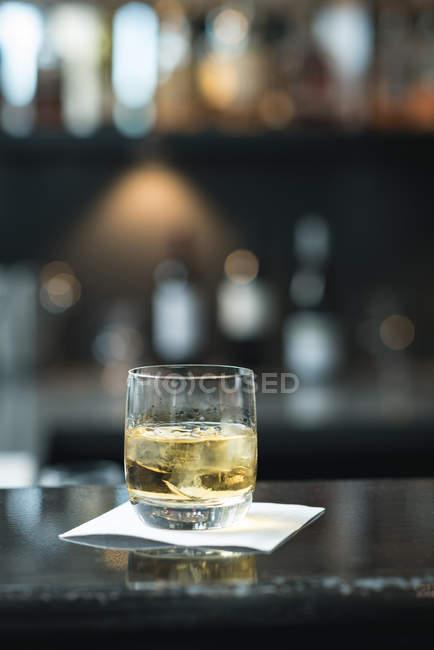 Скло віскі з цигаркового паперу на столі в готелі — стокове фото