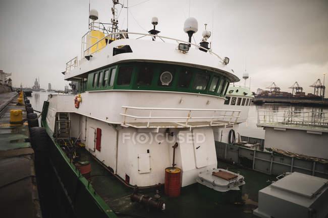 Nave parcheggiata in porto al crepuscolo — Foto stock
