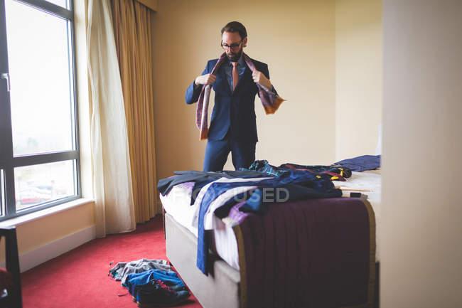 Kluger Geschäftsmann mit Krawatte im Hotelzimmer — Stockfoto