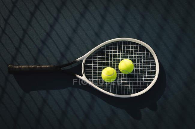 Primer plano de la pelota de tenis y raqueta de tenis - foto de stock