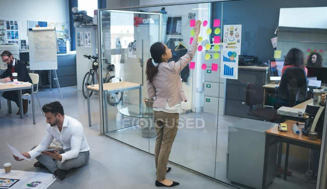 Руководители, работающие вместе в современном офисе — стоковое фото