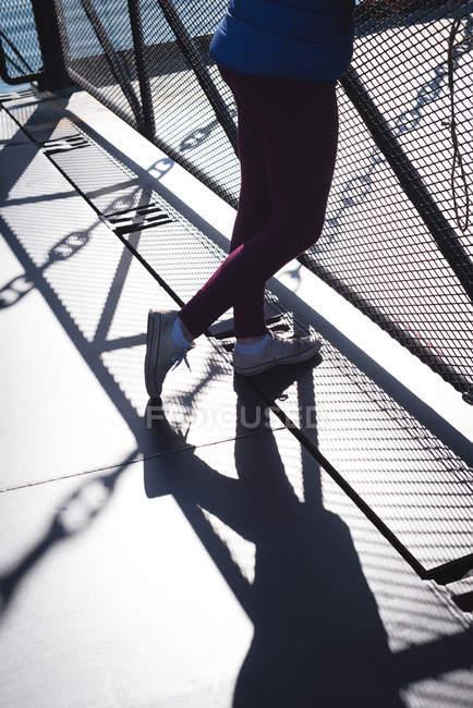 Niedrige Teil der Frau auf Brücke an sonnigen Tag — Stockfoto