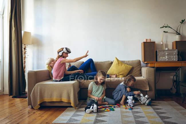 Мать и дети веселятся в гостиной — стоковое фото