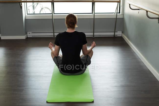 Задний вид человека, практикующего йогу в фитнес-студии . — стоковое фото