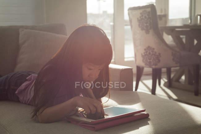 Mädchen nutzt digitales Tablet im heimischen Wohnzimmer — Stockfoto